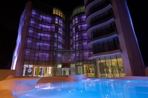 . i-Suite Hotel