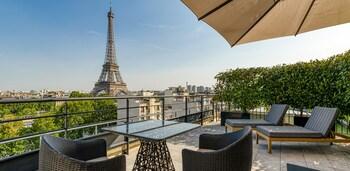 Terrace Eiffel view room king bed