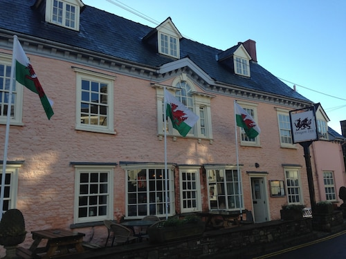 . Dragon Inn Crickhowell