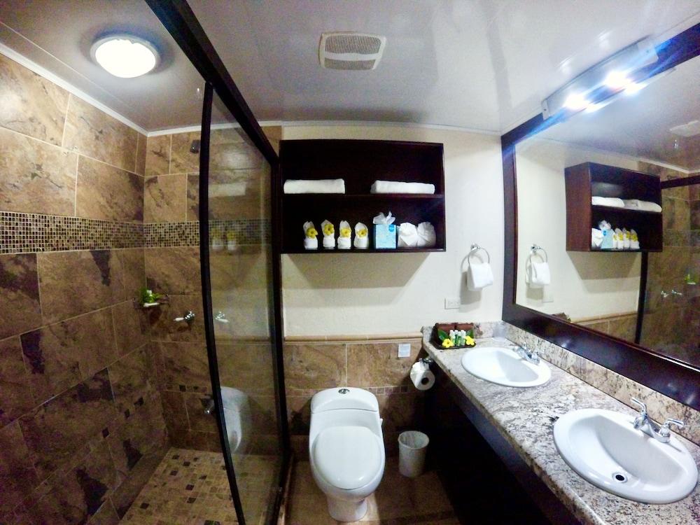 https://i.travelapi.com/hotels/5000000/4120000/4112900/4112811/c5c1893a_z.jpg