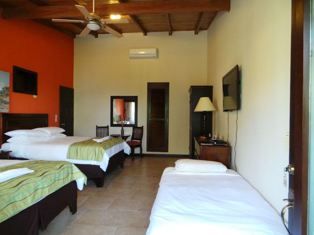 https://i.travelapi.com/hotels/5000000/4120000/4112900/4112811/e1a12feb_z.jpg
