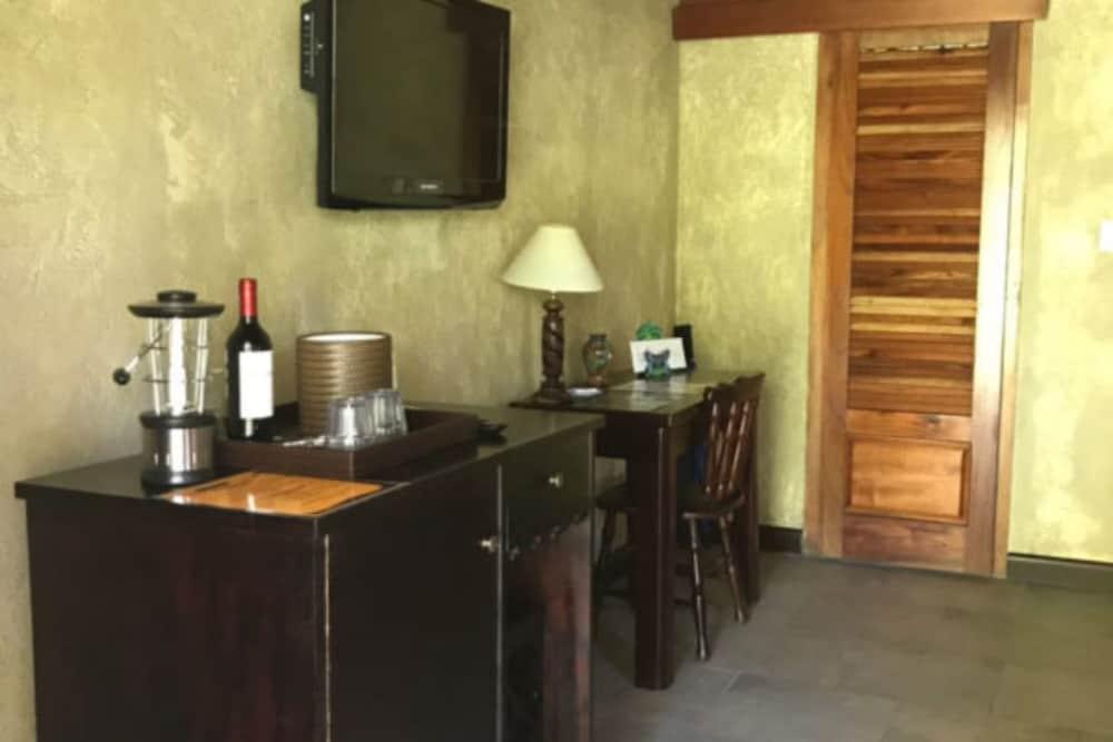 https://i.travelapi.com/hotels/5000000/4120000/4112900/4112811/ed5e7890_z.jpg
