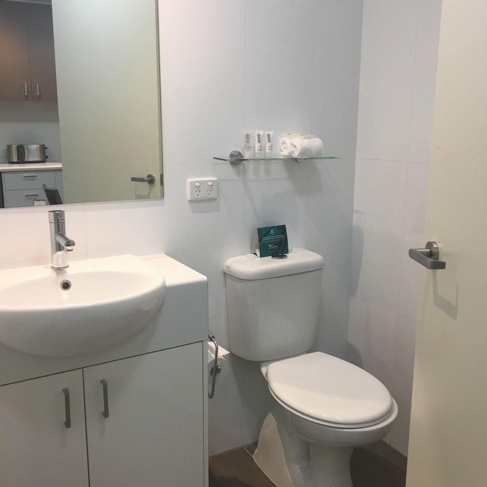 퀘스트 첼튼엄(Quest Cheltenham) Hotel Image 16 - Bathroom