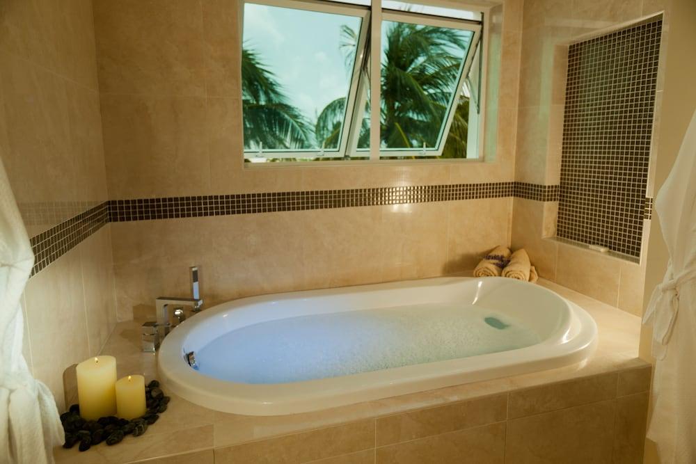 https://i.travelapi.com/hotels/5000000/4160000/4152900/4152881/c0903296_z.jpg
