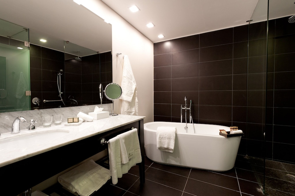 https://i.travelapi.com/hotels/5000000/4190000/4182700/4182655/e70c1162_z.jpg