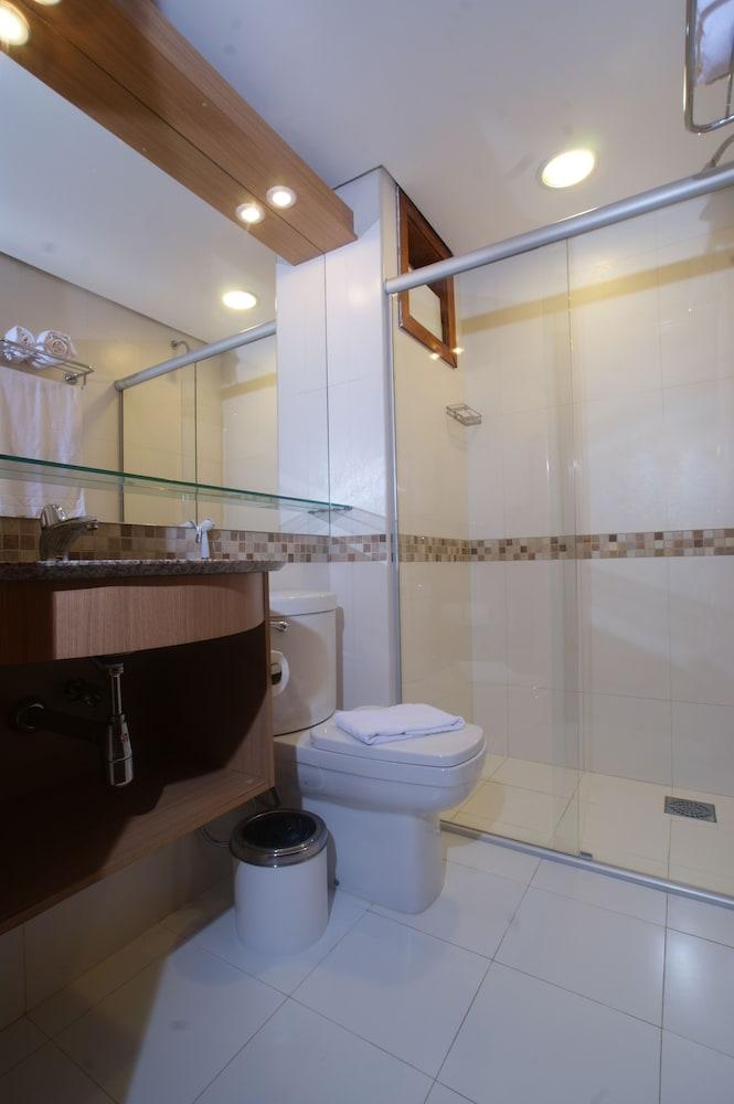 https://i.travelapi.com/hotels/5000000/4200000/4190200/4190128/2cf5bb49_z.jpg