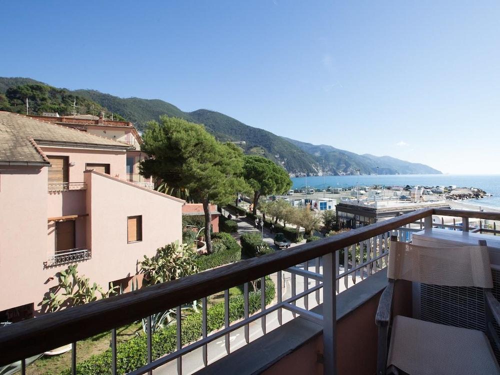 아피타가메레 로 스코글리오(Affittacamere Lo Scoglio) Hotel Image 1 - View from Hotel