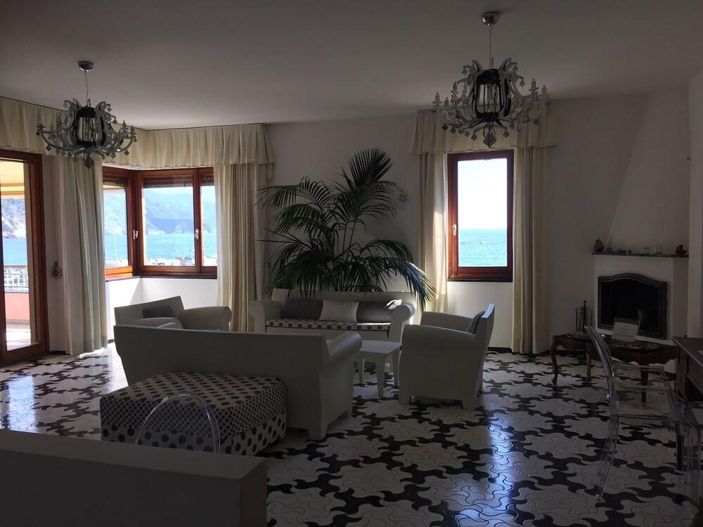 아피타가메레 로 스코글리오(Affittacamere Lo Scoglio) Hotel Image 32 - Hotel Interior