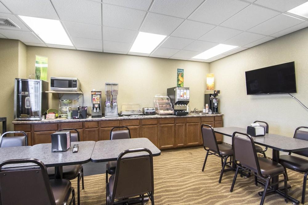 서버번 익스텐디드 스테이 호텔(Quality Inn & Suites Thompson) Hotel Image 30 - Breakfast Area