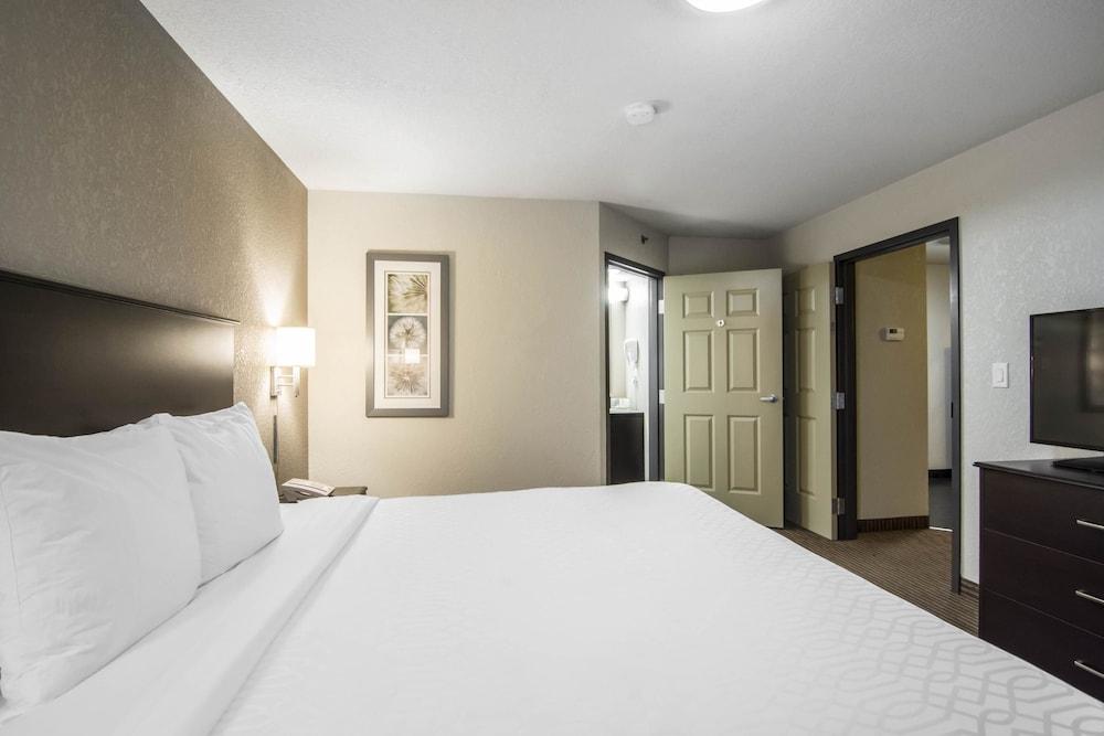 서버번 익스텐디드 스테이 호텔(Quality Inn & Suites Thompson) Hotel Image 8 - Guestroom