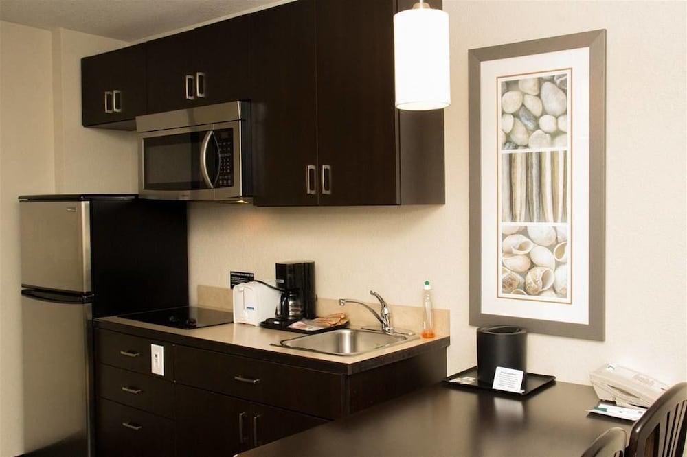 서버번 익스텐디드 스테이 호텔(Quality Inn & Suites Thompson) Hotel Image 39 - In-Room Kitchen