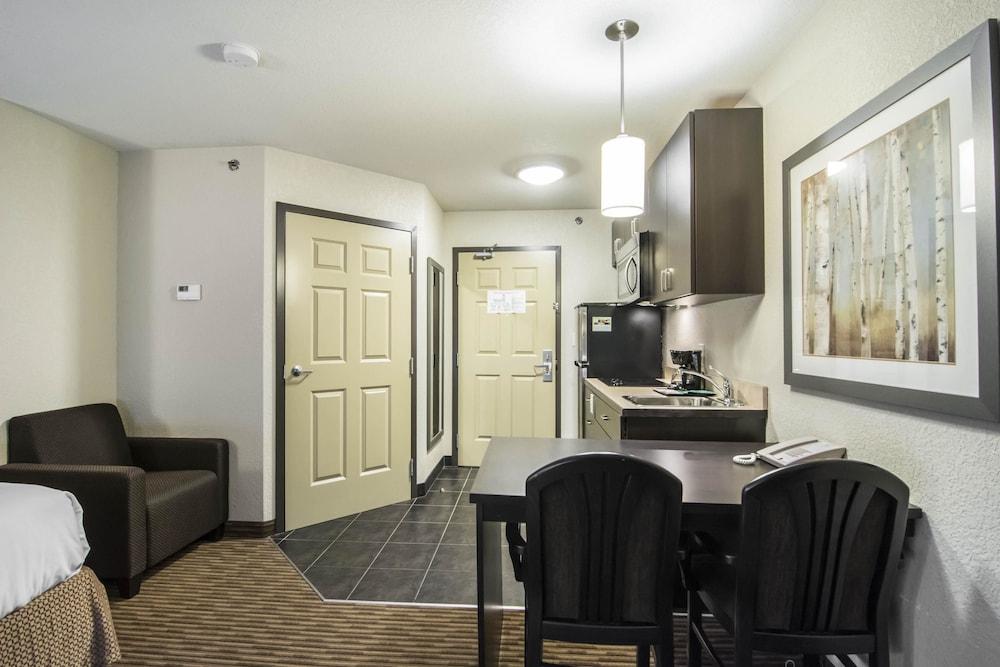 서버번 익스텐디드 스테이 호텔(Quality Inn & Suites Thompson) Hotel Image 14 - Guestroom