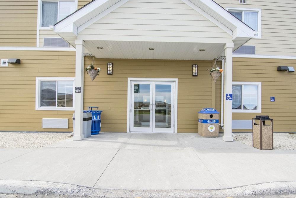 서버번 익스텐디드 스테이 호텔(Quality Inn & Suites Thompson) Hotel Image 36 - Hotel Entrance