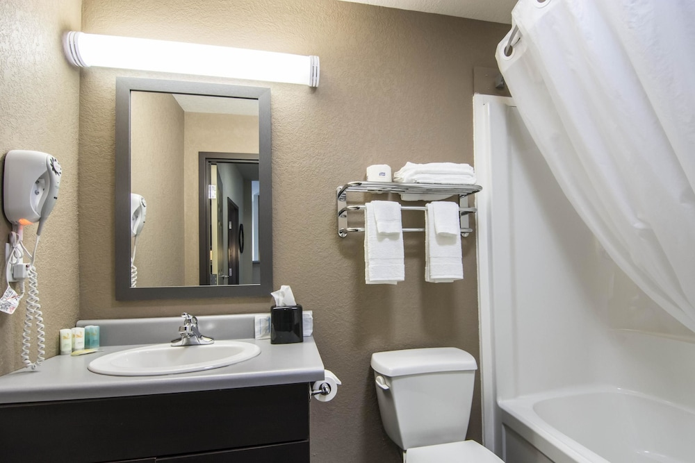 서버번 익스텐디드 스테이 호텔(Quality Inn & Suites Thompson) Hotel Image 26 - Bathroom