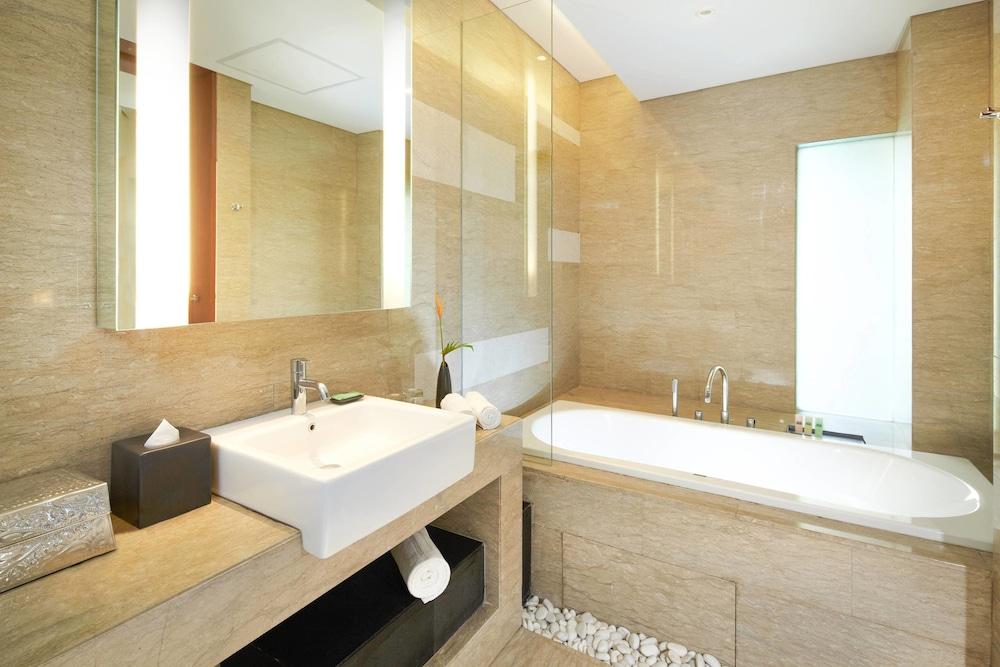 코트야드 바이 메리어트 발리 누사 두아 리조트(Courtyard by Marriott Bali Nusa Dua Resort) Hotel Image 19 - Deep Soaking Bathtub