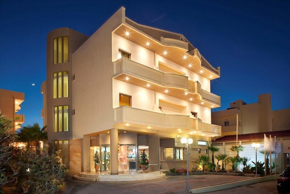 스마트라인 넵투노 비치(smartline Neptuno Beach) Hotel Image 60 - Hotel Front - Evening/Night