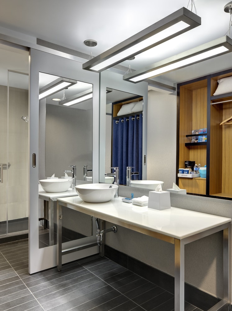 알로프트 뉴욕 브루클린(Aloft New York Brooklyn) Hotel Image 8 - Bathroom