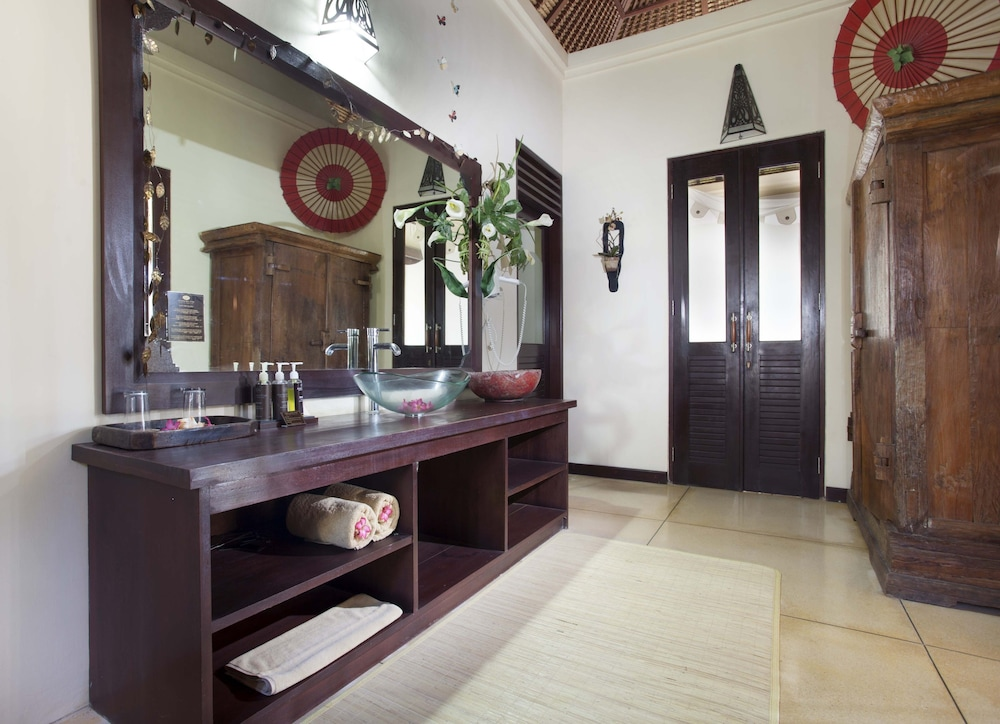https://i.travelapi.com/hotels/5000000/4210000/4201600/4201538/ae2ddcdc_z.jpg