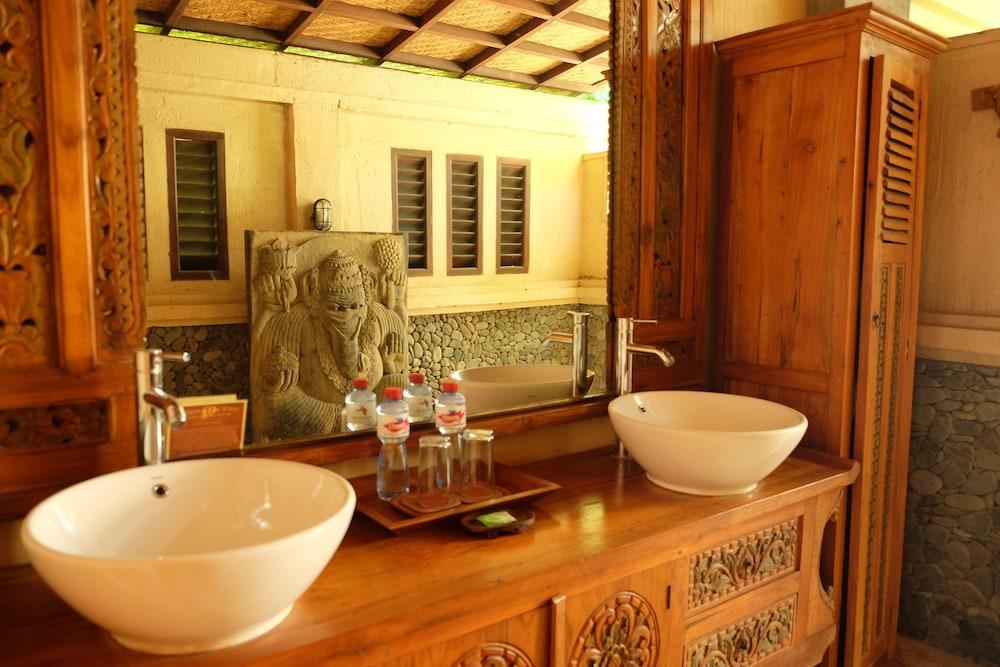 https://i.travelapi.com/hotels/5000000/4210000/4201600/4201538/b7684fa2_z.jpg