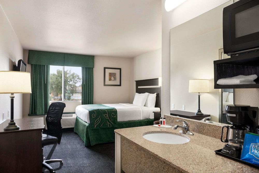 트래블로지 바이 윈덤 맥앨러스터(Travelodge by Wyndham McAlester) Hotel Image 4 - Guestroom