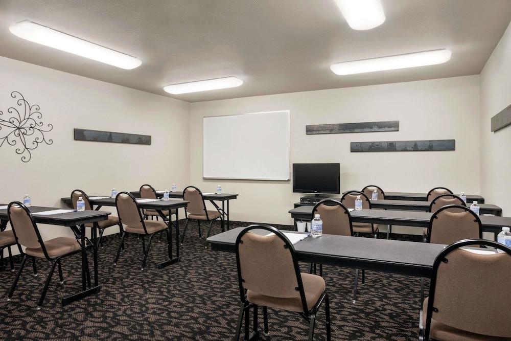 트래블로지 바이 윈덤 맥앨러스터(Travelodge by Wyndham McAlester) Hotel Image 13 - Meeting Facility