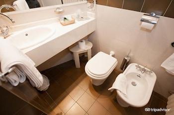 호텔 사르티(Hotel Sarti) Hotel Image 12 - Bathroom