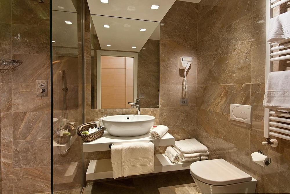 호텔 사르티(Hotel Sarti) Hotel Image 11 - Bathroom