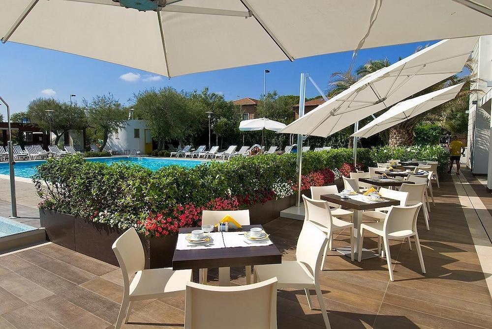 호텔 사르티(Hotel Sarti) Hotel Image 31 - Outdoor Dining