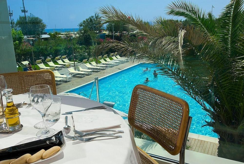 호텔 사르티(Hotel Sarti) Hotel Image 13 - Outdoor Pool