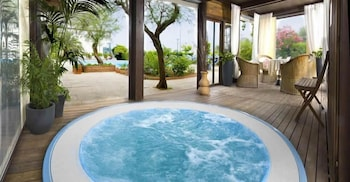 호텔 사르티(Hotel Sarti) Hotel Image 16 - Indoor Spa Tub