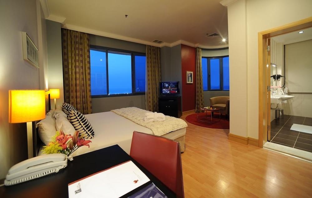 코니쉬 호텔 & 스위트(Corniche Hotel & Suites) Hotel Image 2 - Guestroom