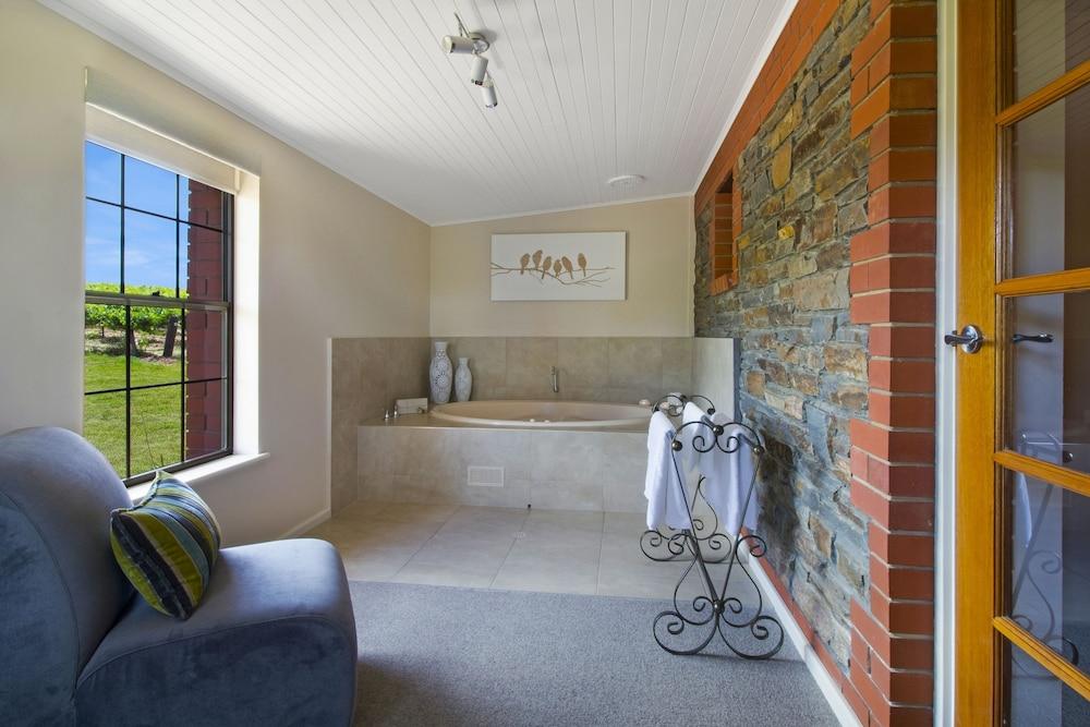 스톤웰 카티지스 앤드 빈야즈(Stonewell Cottages & Vineyards) Hotel Image 69 - Jetted Tub