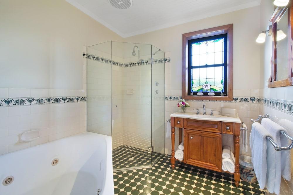 스톤웰 카티지스 앤드 빈야즈(Stonewell Cottages & Vineyards) Hotel Image 70 - Jetted Tub
