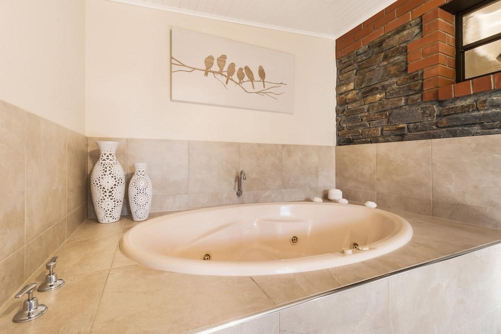 스톤웰 카티지스 앤드 빈야즈(Stonewell Cottages & Vineyards) Hotel Image 68 - Jetted Tub