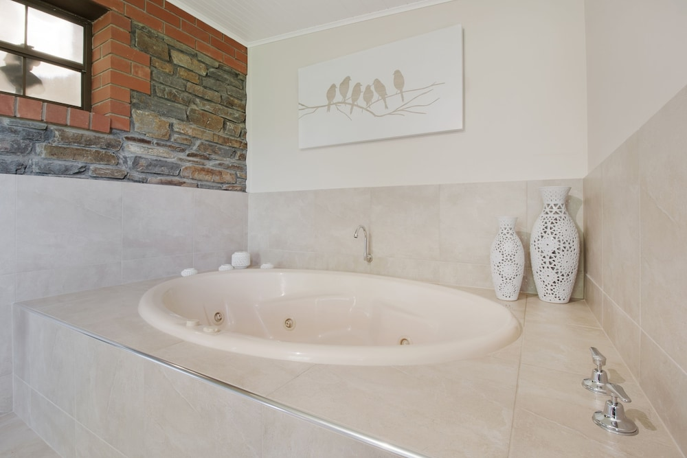 스톤웰 카티지스 앤드 빈야즈(Stonewell Cottages & Vineyards) Hotel Image 72 - Jetted Tub