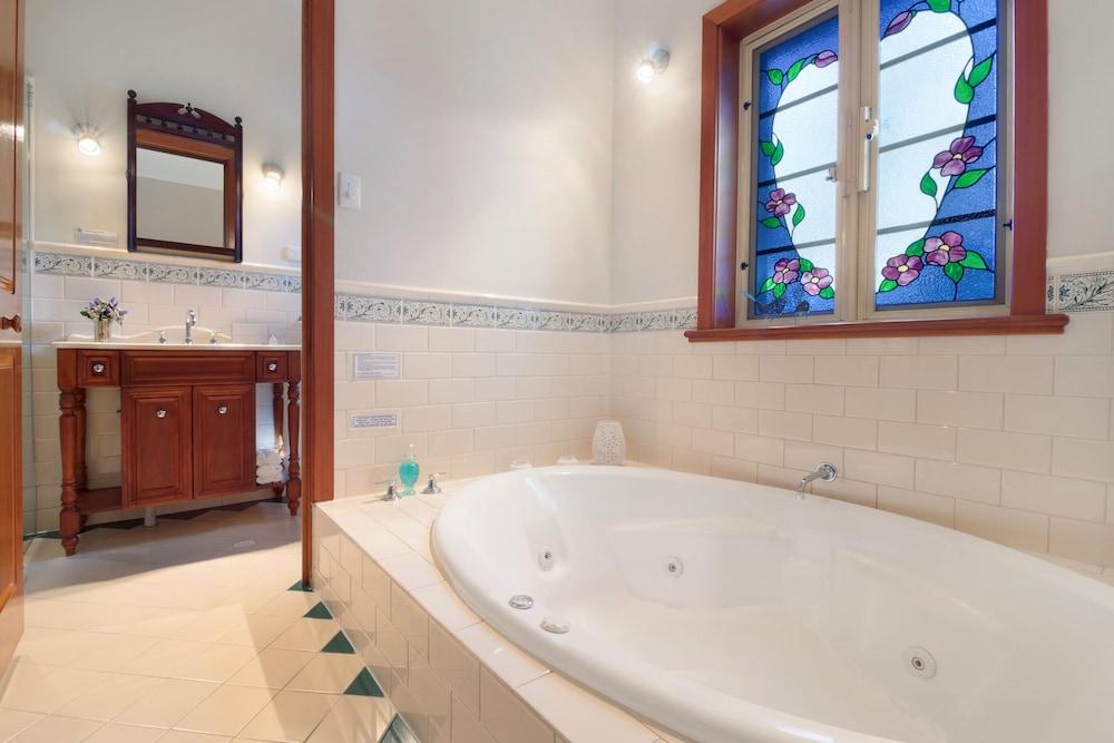스톤웰 카티지스 앤드 빈야즈(Stonewell Cottages & Vineyards) Hotel Image 73 - Jetted Tub