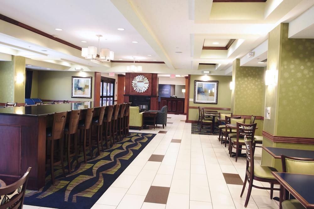 홀리데이 인 익스프레스 & 스위트 어반데일(Holiday Inn Express and Suites Urbandale) Hotel Image 1 - Lobby