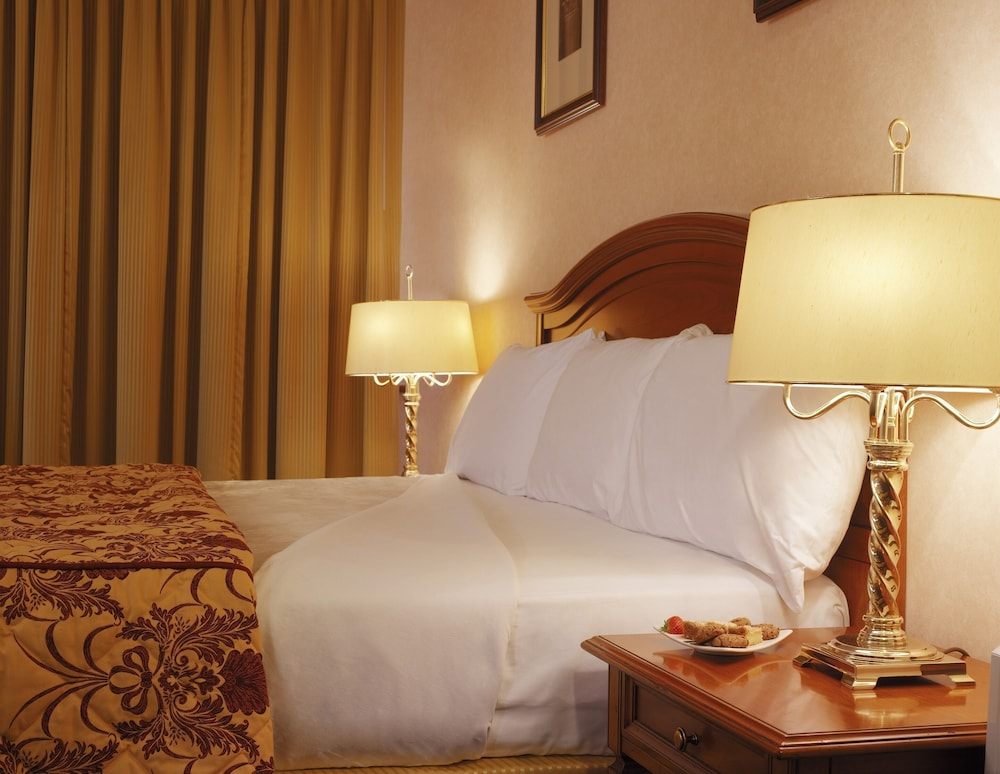 https://i.travelapi.com/hotels/5000000/4240000/4239500/4239456/9f9a764f_z.jpg