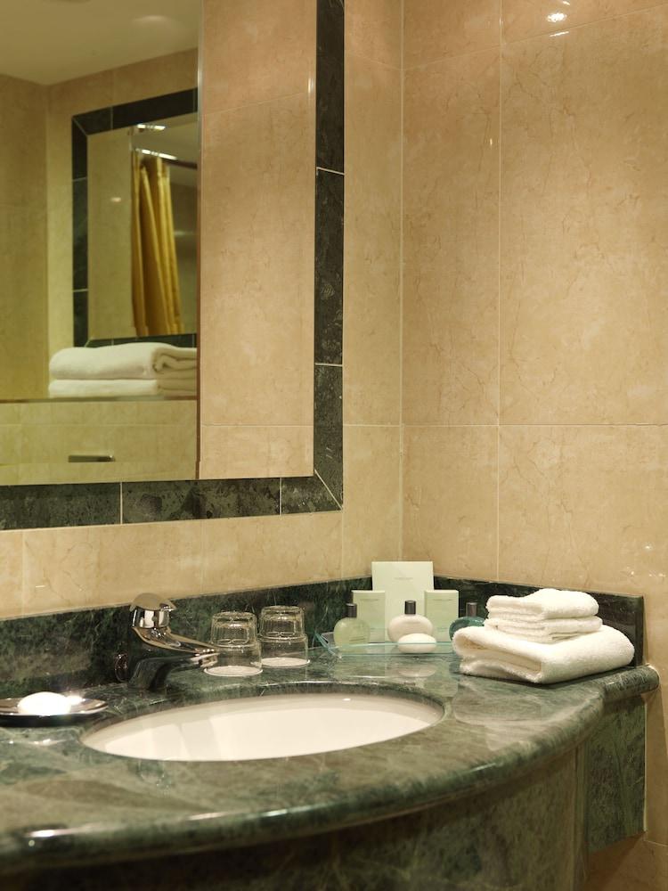 킬러니 타워 호텔 앤드 레저 센터(Killarney Towers Hotel & Leisure Centre) Hotel Image 5 - Bathroom