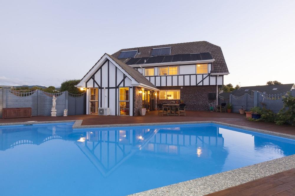 투더 매너 베드 앤드 브렉퍼스트(Tudor Manor Bed & Breakfast) Hotel Image 2 - Pool