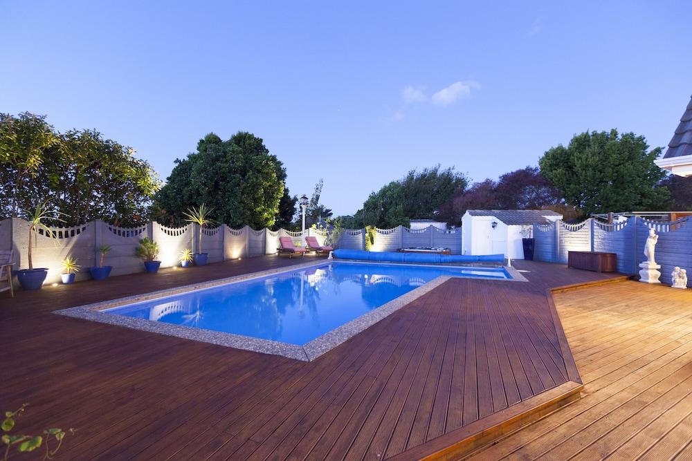 투더 매너 베드 앤드 브렉퍼스트(Tudor Manor Bed & Breakfast) Hotel Image 3 - Pool