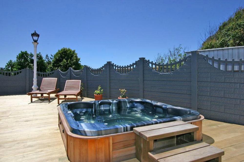 투더 매너 베드 앤드 브렉퍼스트(Tudor Manor Bed & Breakfast) Hotel Image 32 - Outdoor Spa Tub