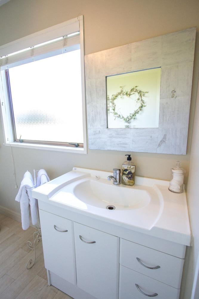 투더 매너 베드 앤드 브렉퍼스트(Tudor Manor Bed & Breakfast) Hotel Image 23 - Bathroom