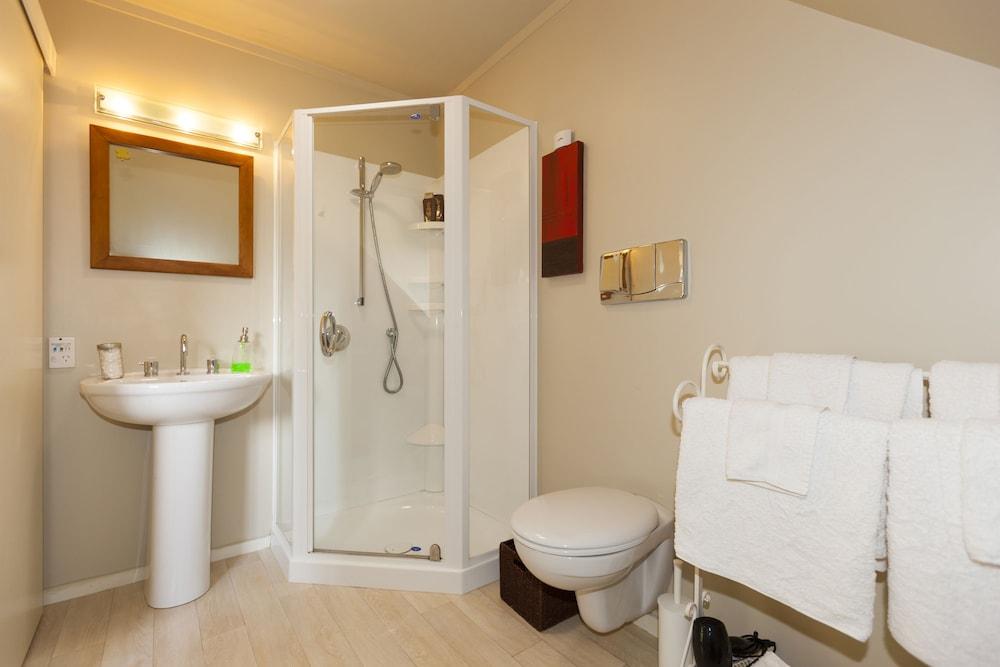투더 매너 베드 앤드 브렉퍼스트(Tudor Manor Bed & Breakfast) Hotel Image 26 - Bathroom Amenities