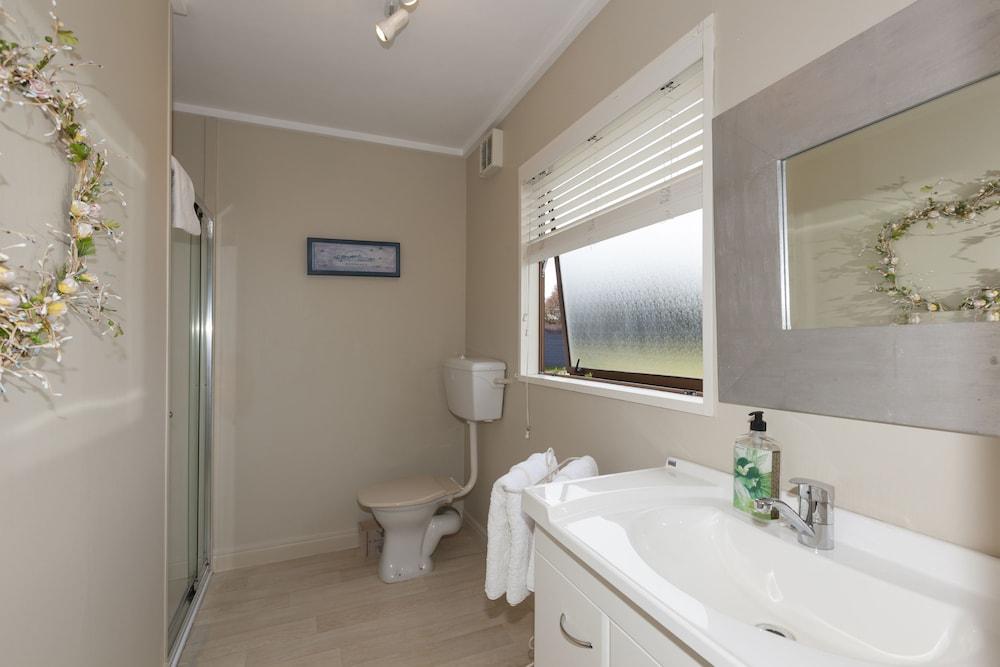 투더 매너 베드 앤드 브렉퍼스트(Tudor Manor Bed & Breakfast) Hotel Image 25 - Bathroom