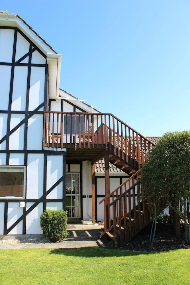 투더 매너 베드 앤드 브렉퍼스트(Tudor Manor Bed & Breakfast) Hotel Image 21 - Balcony