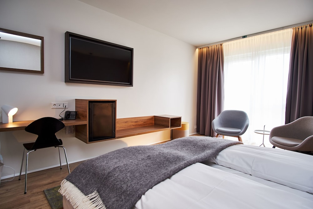 https://i.travelapi.com/hotels/5000000/4250000/4241300/4241243/eb60bbbe_z.jpg
