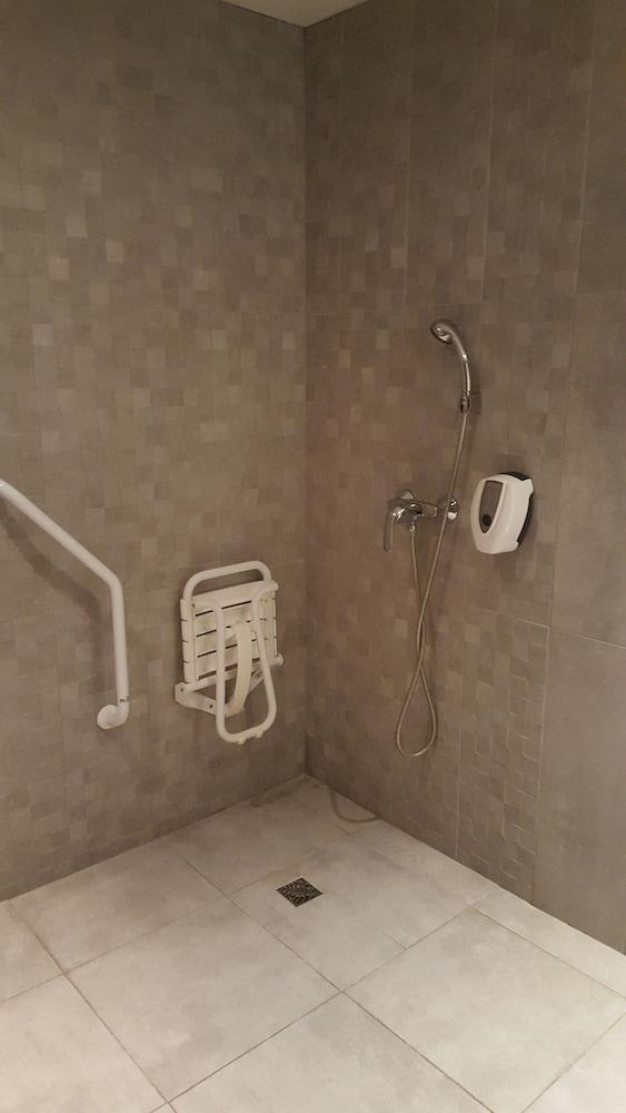 브릿 호텔 파크 아주르 툴롱(Brit Hotel Parc Azur Toulon) Hotel Image 31 - Bathroom Shower