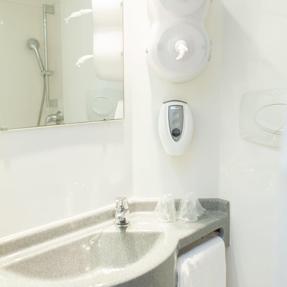 브릿 호텔 파크 아주르 툴롱(Brit Hotel Parc Azur Toulon) Hotel Image 25 - Bathroom