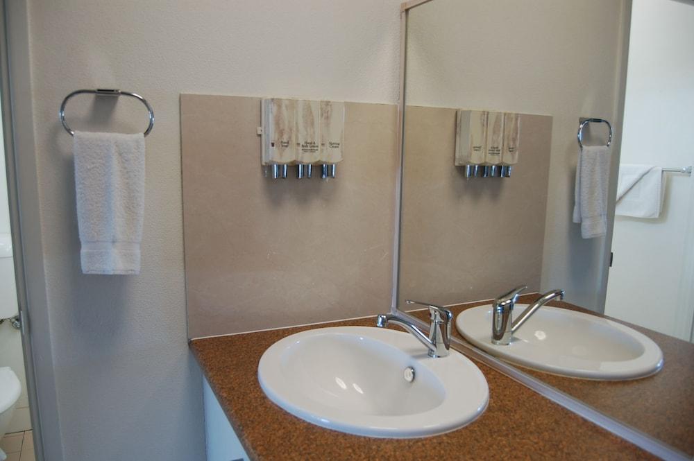 슬립웨이 호텔 모텔(Slipway Hotel Motel) Hotel Image 11 - Bathroom Sink